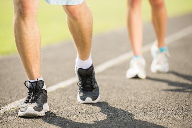 La coppia sportiva si allena all'aperto al mattino.