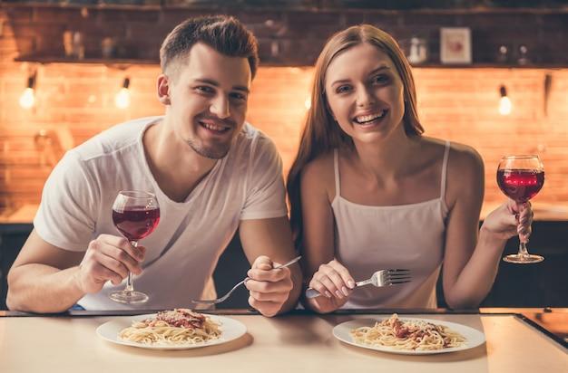 La coppia sta cenando in modo romantico