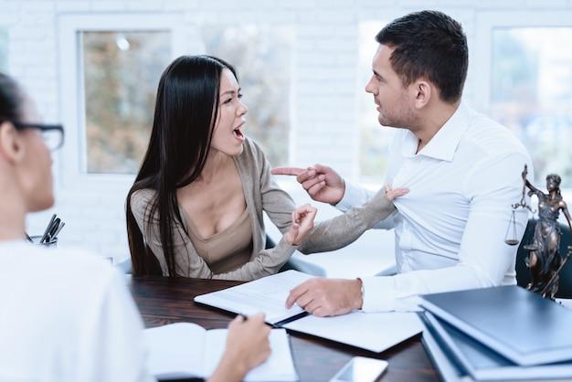 La coppia venne dall'avvocato e si urlò a vicenda.