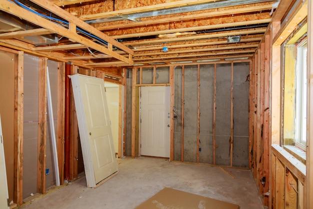 La cornice che costruisce edificio in legno non finito o una casa