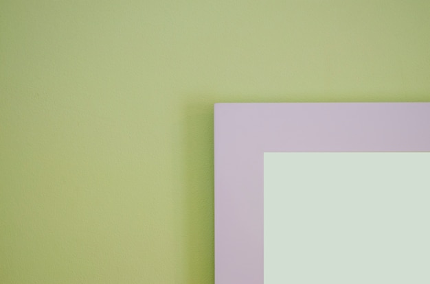 La cornice è una parete di cemento verde chiaro con uno sfondo sfocato.