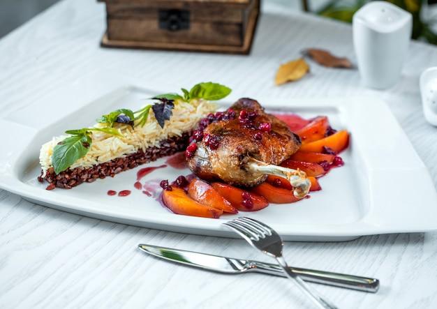 La coscia di pollo arrostita è servito sull'albicocca, con riso bianco e tailandese