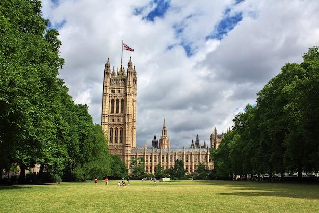 La costruzione del parlamento britannico nella città di londra, inghilterra, regno unito