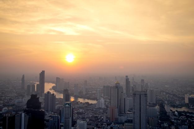 La costruzione moderna del distretto finanziario di affari dell'asia e dell'annuncio pubblicitario a bangkok