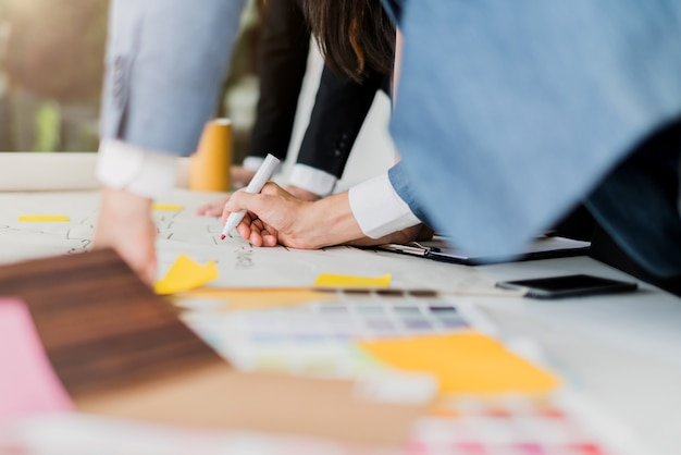 La creatività confronta le idee il concetto di idee con l'officina di riunione del partnet di affari