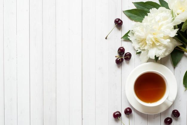 La crema della pagina agglutina i fiori della ciliegia della peonia.