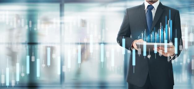 La crescita del grafico del piano dell'uomo d'affari e aumenta gli indicatori positivi del grafico nel suo affare, compressa a disposizione