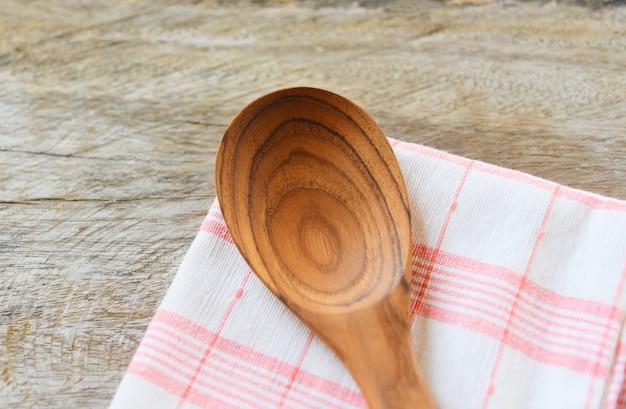 La cucina a spreco zero usa meno concetto di plastica - mestolo di riso di legno del cucchiaio