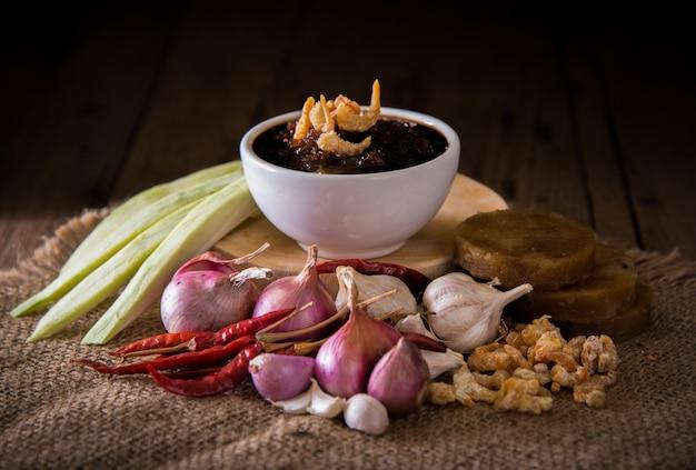 La cucina tailandese, il nam prik o il peperoncino si mescolano con l'erba