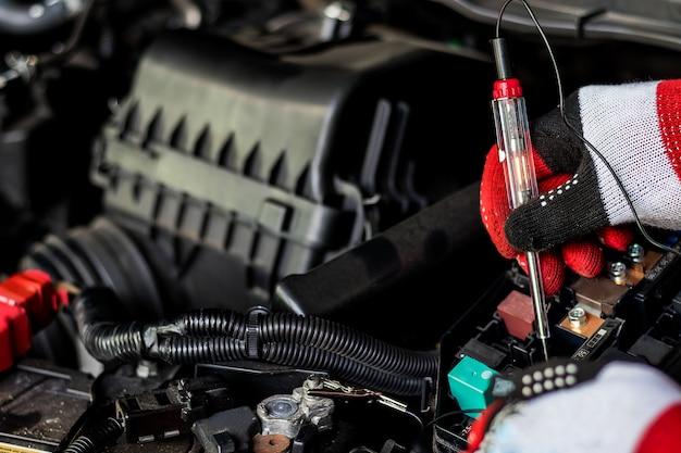 La cura dell'auto regolare rende l'uso dell'automobile. sicuro e fiducioso nella guida. ispezione regolare dell'usato