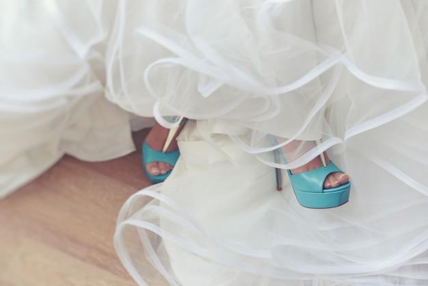 La damigella d'onore turchese sposa una scarpa