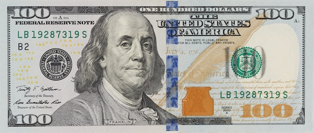 La denominazione di cento dollari su sfondo bianco isolato