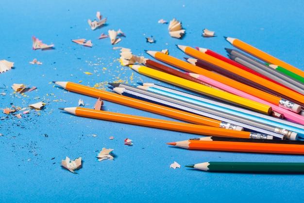 La disposizione delle matite variopinte si chiude in su
