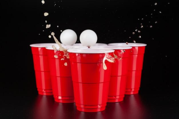La disposizione di bicchieri di plastica rossi per il gioco del beer pong