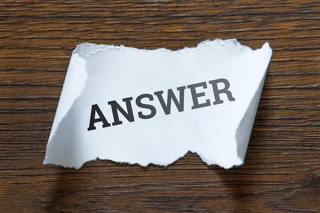 La domanda è un'iscrizione su un pezzo di carta bianca, una pergamena