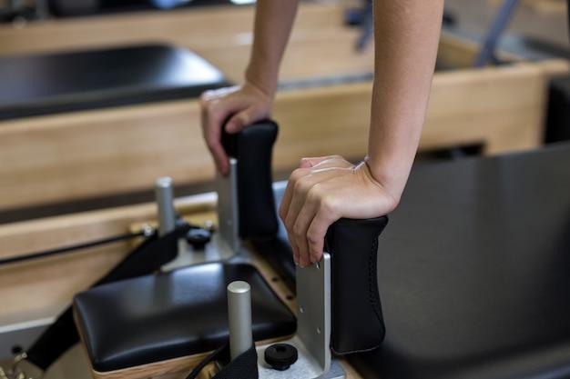 La donna a praticare pilates in studio fitness