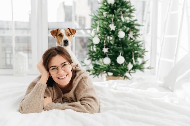 La donna abbastanza allegra indossa grandi occhiali rotondi ottici