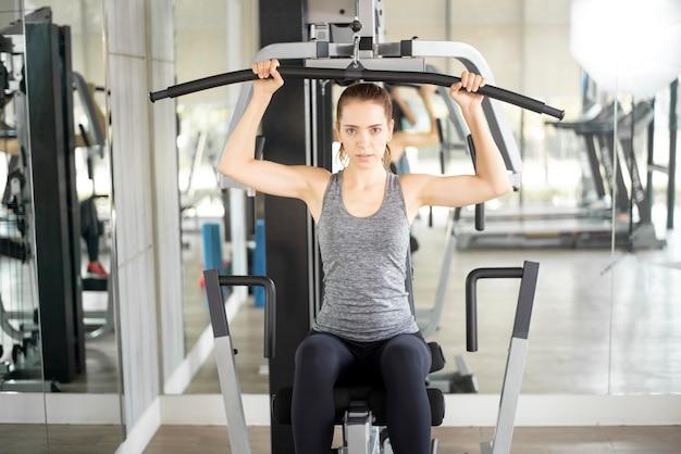 La donna abbastanza giovane di sport è allenamento in palestra, stile di vita sano