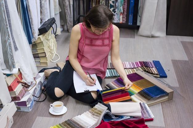 La donna adulta sceglie i tessuti