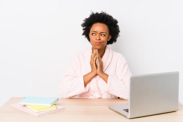 La donna afroamericana di mezza età che lavora a casa ha isolato il piano di preparazione in mente, installante un'idea.