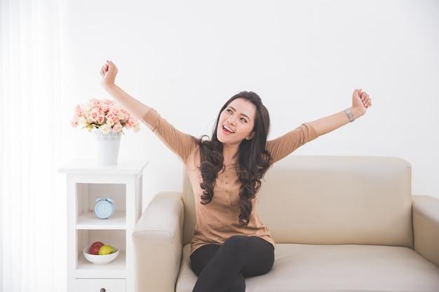 La donna alza felicemente entrambe le mani