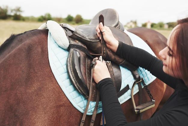 La donna ama gli animali e l'equitazione
