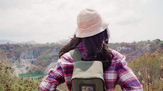La donna asiatica del viaggiatore con zaino e sacco a pelo della viandante che cammina alla cima della montagna, femminile gode delle sue feste sull'avventura di avventura che ritiene la libertà. le donne di stile di vita viaggiano e si rilassano nel concetto del tempo libero.