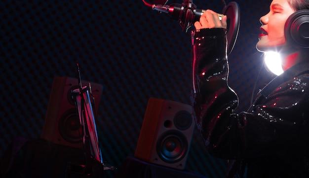 La donna asiatica dell'adolescente canta fortemente il suono di potere della canzone