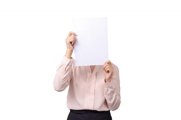La donna asiatica di affari copre il suo fronte di carta bianca vuota in bianco per l'emozione del pellame isolata su fondo bianco