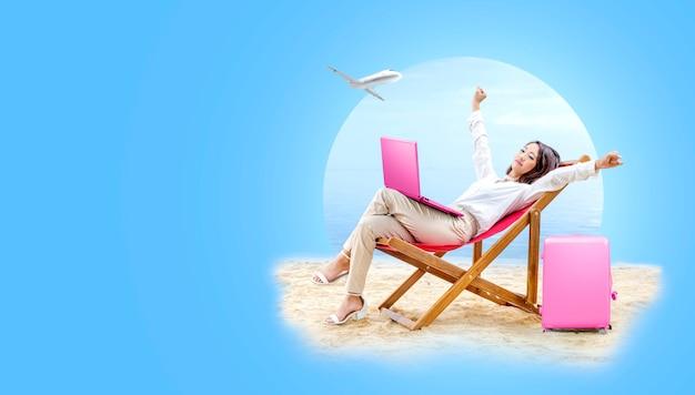 La donna asiatica di affari si rilassa quando lavora con il computer portatile che si siede nella sedia di spiaggia
