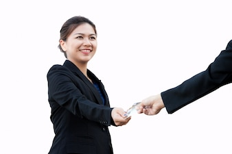 La donna asiatica di affari sta scambiando la carta di credito
