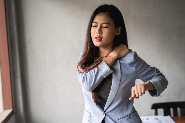 La donna asiatica ha raffreddore e sintomi tosse, febbre, mal di testa e dolori
