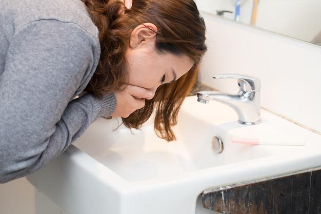 La donna asiatica ha una nausea mattutina