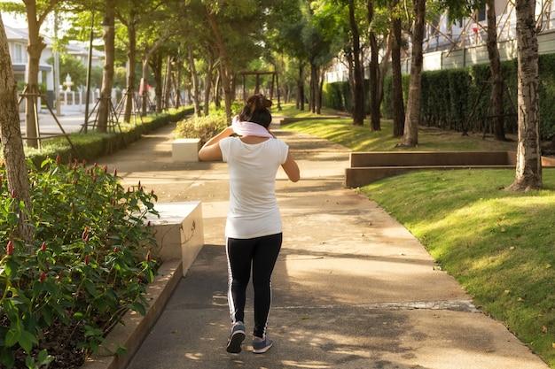 La donna asiatica pulisce il sudore dopo essere corso