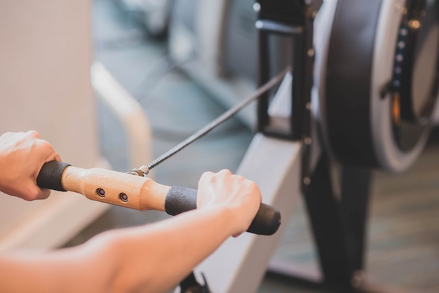 La donna asiatica risolve l'esercizio alla perdita di peso della palestra