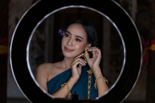 La donna asiatica thailandia è vestita di cultura tradizionale tailandese. anello led make up woman è bello.