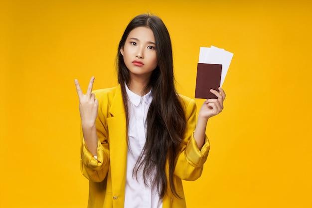 La donna asiatica viaggia con una valigia in mano, vacanze, studio