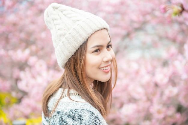 La donna attraente sta godendo con cherry blossom a matsuda, giappone
