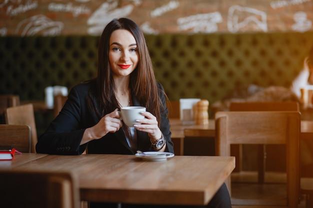 La donna beve un caffè