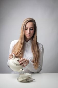 La donna beve un tè