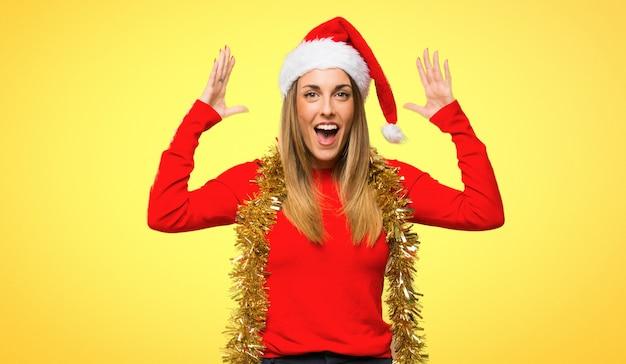 La donna bionda si è agghindata per le feste di natale con l'espressione facciale sorpresa e scioccata