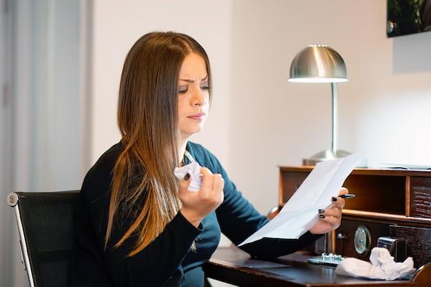 La donna bruna ha ricevuto una brutta lettera