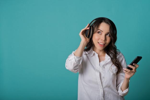 La donna che ascolta la musica, si rilassa il tempo, ragazza usa lo smartphone