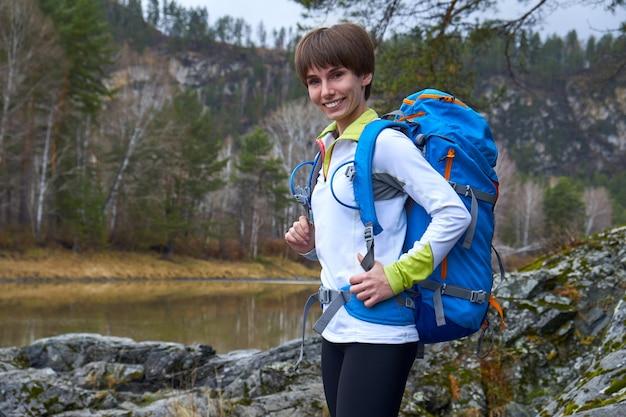 La donna che cammina viaggia con uno zaino
