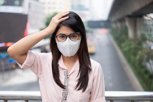 La donna che indossa la maschera respiratoria n95 protegge e filtra pm2.5