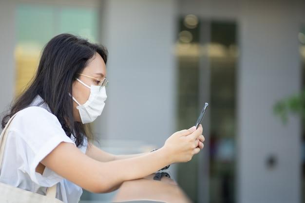 La donna che indossa una maschera protettiva protegge il filtro dall'inquinamento atmosferico (pm2.5)