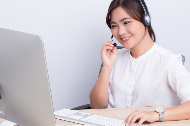 La donna che lavora in call center si sente felice