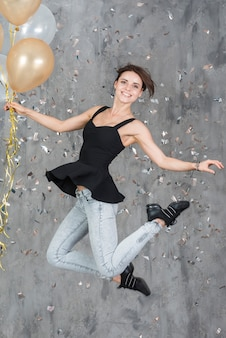 La donna che salta con palloncini