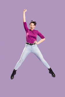 La donna che salta e che ha un braccio sopra la sua testa