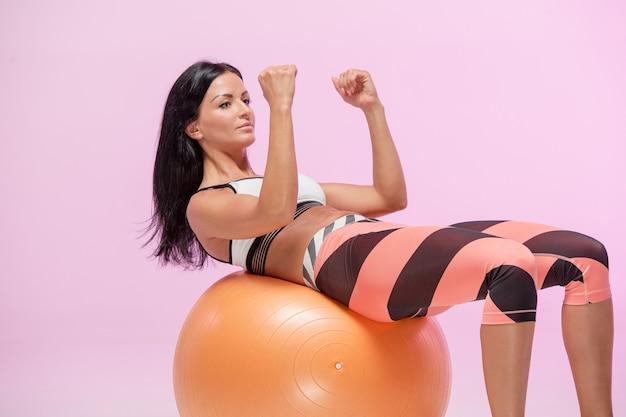 La donna che si allena contro lo studio rosa